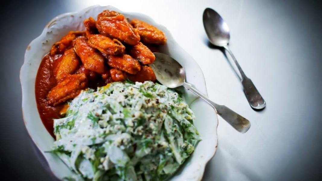 Ailes de poulet épicées style bloody mary et salade de céleri, vinaigrette au bleu