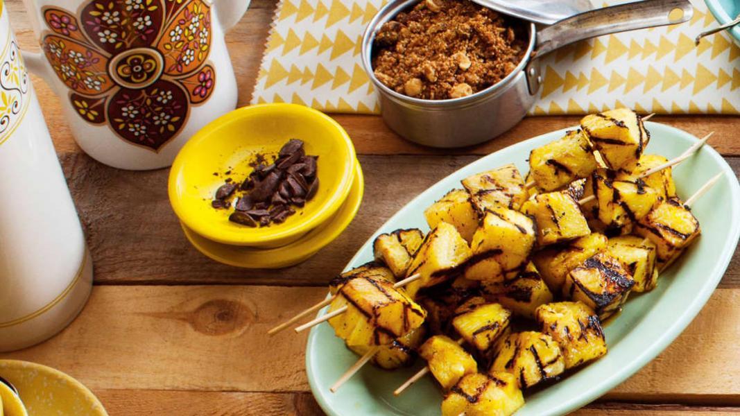 Ananas grillé et crumble de noix et chocolat