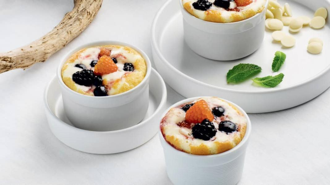 Petits pots de crème au chocolat blanc, sirop de vin rouge aux petits fruits