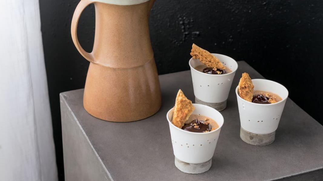 Petits pots de crème moka et tire-éponge
