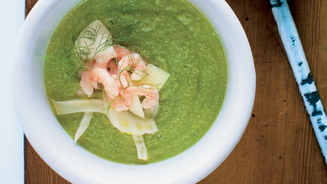 Potage aux pois verts, fenouil et crevettes