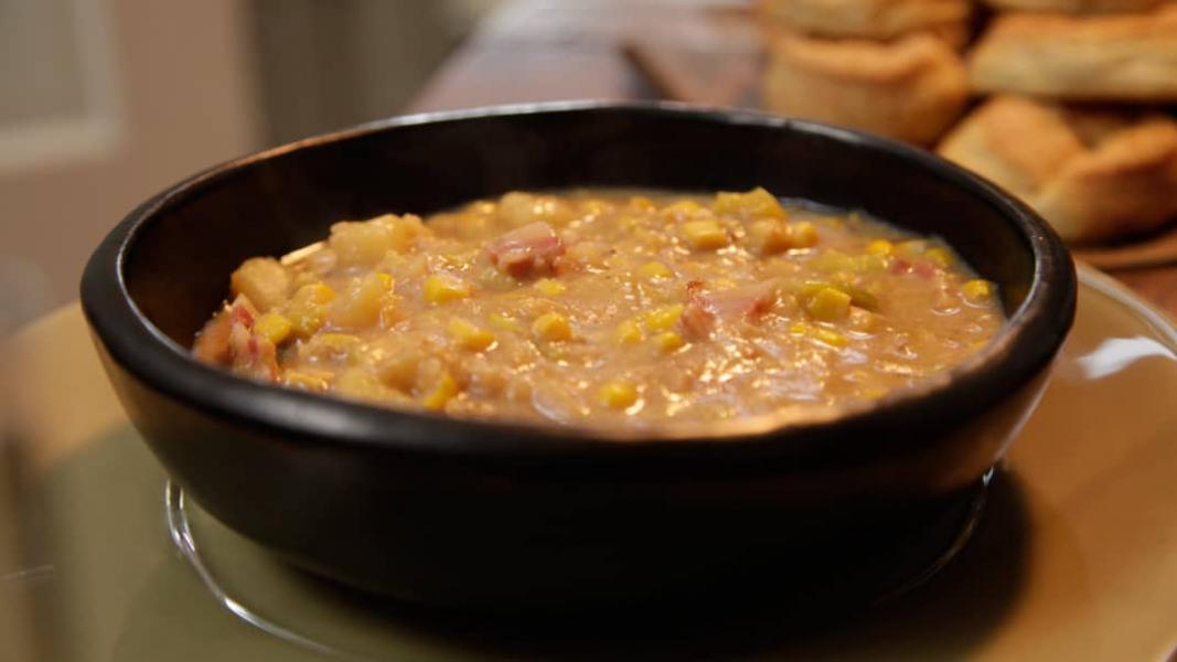 Potage de maïs, de pommes de terre et de lard fumé