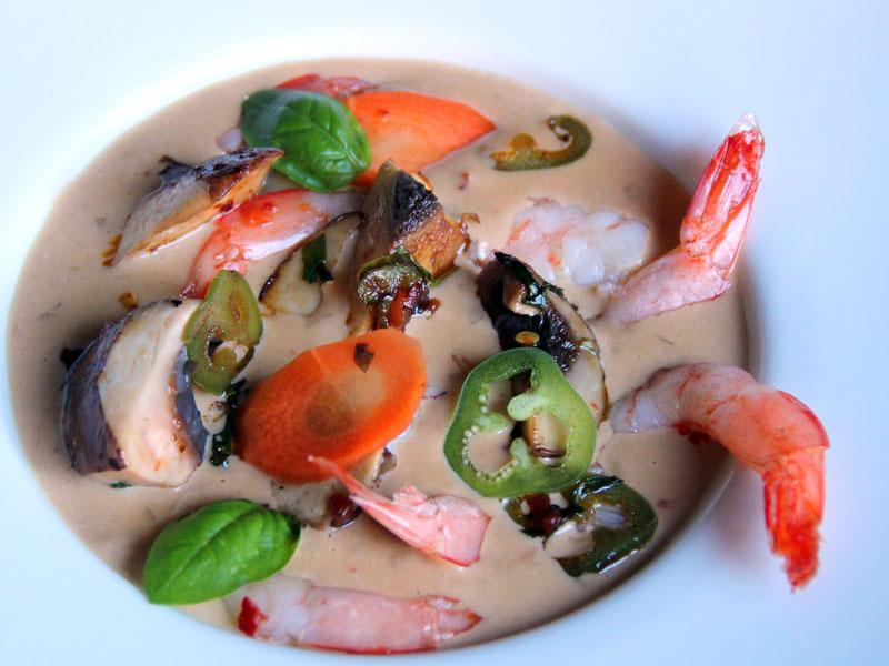 Crevettes marinées aux trois piments, soupe au lait de coco et légumes croquants
