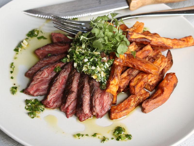 Steak d'onglet de boeuf et frites de patate douce