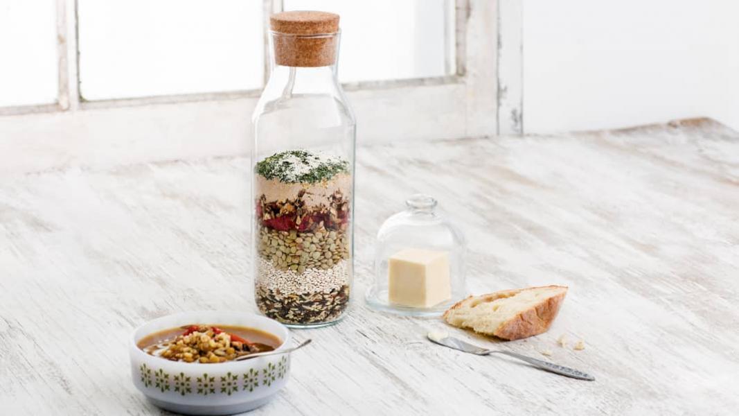 Soupe maison dans un pot aux tomates séchées, aux champignons et au riz sauvage